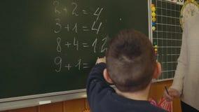 Αγόρι κοντά στο σχολικό πίνακα φιλμ μικρού μήκους