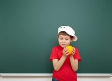 Αγόρι κοντά στο σχολικό πίνακα Στοκ Φωτογραφίες