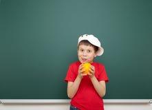 Αγόρι κοντά στο σχολικό πίνακα Στοκ φωτογραφία με δικαίωμα ελεύθερης χρήσης