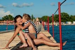 Αγόρι με έναν σκαντζόχοιρο σε ετοιμότητα Στοκ Εικόνες