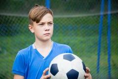 Αγόρι με ένα παίζοντας ποδόσφαιρο σφαιρών Στοκ φωτογραφίες με δικαίωμα ελεύθερης χρήσης