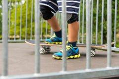 Αγόρι με ένα πόδι Skateboard πάνω από την κεκλιμένη ράμπα Στοκ εικόνες με δικαίωμα ελεύθερης χρήσης