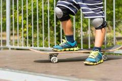 Αγόρι με ένα πόδι Skateboard πάνω από την κεκλιμένη ράμπα Στοκ φωτογραφίες με δικαίωμα ελεύθερης χρήσης