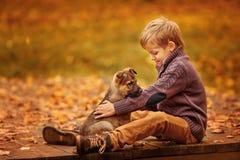 Αγόρι με ένα σκυλί Στοκ εικόνα με δικαίωμα ελεύθερης χρήσης