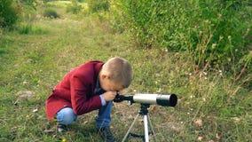 Αγόρι με ένα τηλεσκόπιο στη φύση απόθεμα βίντεο