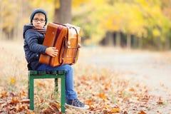 Αγόρι με μια βαλίτσα Στοκ φωτογραφία με δικαίωμα ελεύθερης χρήσης