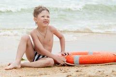 Αγόρι με μια σανίδα σωτηρίας Στοκ εικόνα με δικαίωμα ελεύθερης χρήσης