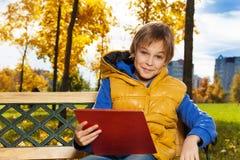 Αγόρι με τα έγγραφα για τον πάγκο Στοκ εικόνες με δικαίωμα ελεύθερης χρήσης