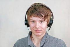 Αγόρι με τα ακουστικά στοκ εικόνες με δικαίωμα ελεύθερης χρήσης