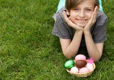 Αγόρι με τα εορταστικά αυγά Πάσχας στοκ εικόνα