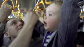 Αγόρι με τα κιγκλιδώματα εκμετάλλευσης πατέρων στο εσωτερικό λεωφορείων απόθεμα βίντεο