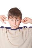 Αγόρι με τα κλειστά αυτιά Στοκ εικόνα με δικαίωμα ελεύθερης χρήσης