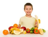 Αγόρι με τα φρούτα και λαχανικά Στοκ φωτογραφία με δικαίωμα ελεύθερης χρήσης