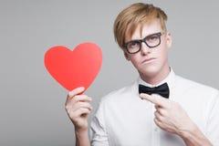 Αγόρι με την καρδιά εγγράφου Στοκ φωτογραφία με δικαίωμα ελεύθερης χρήσης