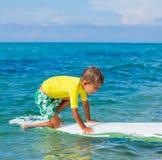 Αγόρι με την κυματωγή Στοκ φωτογραφίες με δικαίωμα ελεύθερης χρήσης