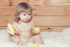 Αγόρι με την μπανάνα και τα μήλα Στοκ φωτογραφία με δικαίωμα ελεύθερης χρήσης