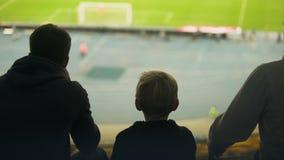 Αγόρι με την οικογένεια νευρική για τον αγώνα ποδοσφαίρου, που απογοητεύεται με το λειμμένο στόχο απόθεμα βίντεο