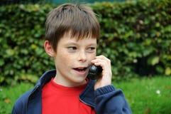 Αγόρι με την ομιλούσα ταινία walkie Στοκ εικόνες με δικαίωμα ελεύθερης χρήσης