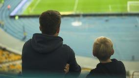 Αγόρι με την παλαιότερη κατάρτιση προσοχής αδελφών της ομάδας ποδοσφαίρου στο στάδιο, συγκινήσεις φιλμ μικρού μήκους