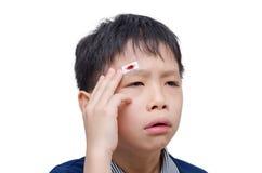 Αγόρι με την πληγή στην επικεφαλής κάλυψη από το ασβεστοκονίαμα Στοκ Εικόνα