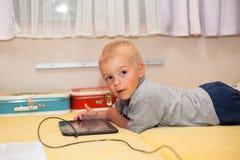 Αγόρι με την ταμπλέτα Στοκ Φωτογραφία