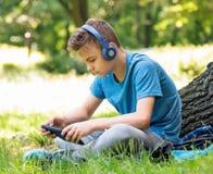 Αγόρι με την ταμπλέτα Στοκ εικόνα με δικαίωμα ελεύθερης χρήσης
