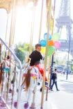 Αγόρι με τη δέσμη των ζωηρόχρωμων μπαλονιών στο ιπποδρόμιο στο Παρίσι Στοκ Εικόνα