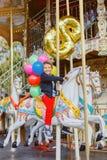 Αγόρι με τη δέσμη των ζωηρόχρωμων μπαλονιών στο ιπποδρόμιο στο Παρίσι Στοκ φωτογραφία με δικαίωμα ελεύθερης χρήσης