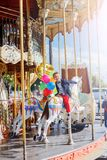 Αγόρι με τη δέσμη των ζωηρόχρωμων μπαλονιών στο ιπποδρόμιο στο Παρίσι Στοκ φωτογραφίες με δικαίωμα ελεύθερης χρήσης