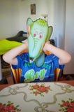 Αγόρι με τη μάσκα ελεφάντων Στοκ Εικόνα