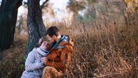 Αγόρι με τη φίλη του που έχει τη διασκέδαση έξω στο χρυσό λόφο Νέα χαλάρωση ζευγών υπαίθρια, φίλημα και αγκάλιασμα έφηβοι απόθεμα βίντεο