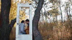 Αγόρι με τη φίλη του που έχει τη διασκέδαση έξω στο χρυσό λόφο Το νέο ζεύγος έχει τη διασκέδαση με την παλαιά πόρτα Σχέση εφήβων απόθεμα βίντεο