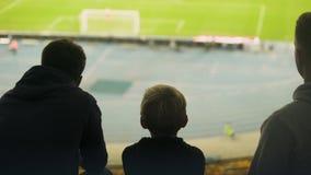 Αγόρι με τον αγώνα ποδοσφαίρου οικογενειακής προσοχής, που συζητά το διαιτητή ή το λειμμένο στόχο απόθεμα βίντεο