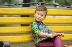Αγόρι με τον υπολογιστή ταμπλετών στο πάρκο Στοκ Φωτογραφίες