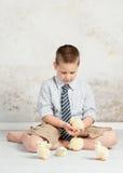 Αγόρι με τους νεοσσούς Πάσχας Στοκ Φωτογραφίες