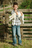 Αγόρι με το αρνί στο αγρόκτημα Στοκ Φωτογραφίες