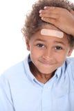 Αγόρι με το ασβεστοκονίαμα στο κεφάλι Στοκ φωτογραφίες με δικαίωμα ελεύθερης χρήσης