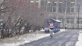 Αγόρι με το γρήγορο τρέξιμο αριθμού στην ευθεία γραμμή στο στάδιο χιονιού κίνηση αργή απόθεμα βίντεο