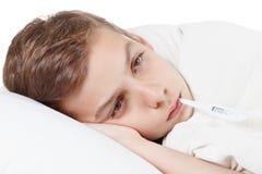 Αγόρι με το θερμόμετρο που προετοιμάζεται για τις διαδικασίες επεξεργασίας Στοκ Εικόνες