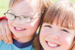 Αγόρι με το κατεβάζω-σύνδρομο με την αδελφή Στοκ Φωτογραφία