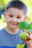 Αγόρι με το μήλο στοκ εικόνα με δικαίωμα ελεύθερης χρήσης
