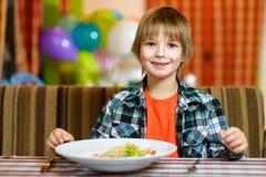 Αγόρι με το μαχαίρι και δίκρανο μπροστά από τη σαλάτα Στοκ Εικόνα