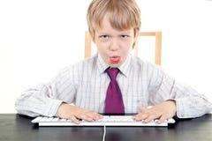 Αγόρι με το πληκτρολόγιο στοκ εικόνα με δικαίωμα ελεύθερης χρήσης