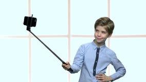 Αγόρι με το ραβδί selfie που παρουσιάζει σύκο στη κάμερα απόθεμα βίντεο