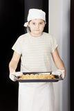 Αγόρι με το τηγάνι των croissants στοκ εικόνα