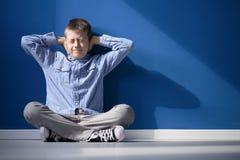 Αγόρι με το υπερευαίσθητο ακροατήριο στοκ εικόνες