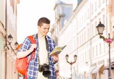 Αγόρι με το χάρτη καμερών και πόλεων στην οδό Στοκ εικόνες με δικαίωμα ελεύθερης χρήσης