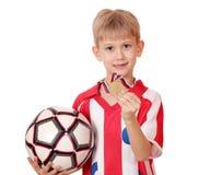 Αγόρι με το χρυσό μετάλλιο και τη σφαίρα Στοκ εικόνα με δικαίωμα ελεύθερης χρήσης