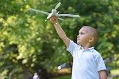 Αγόρι με το airpane Στοκ φωτογραφία με δικαίωμα ελεύθερης χρήσης