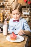 Αγόρι με το cupcake και milkshake Στοκ Φωτογραφία